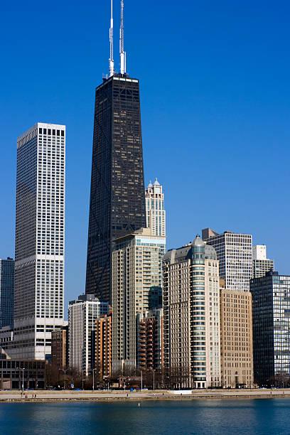 hancock building accros el agua - edificio hancock chicago fotografías e imágenes de stock