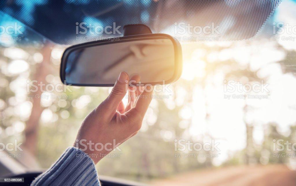 Mão, ajuste o espelho retrovisor. Conceito de segurança. - foto de acervo