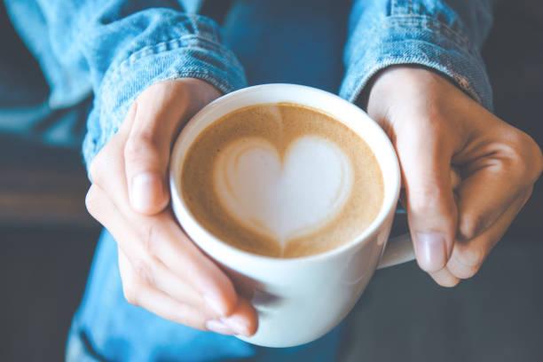 hand und kunst auf kaffee in vintage farbfilter - grüner tee koffein stock-fotos und bilder
