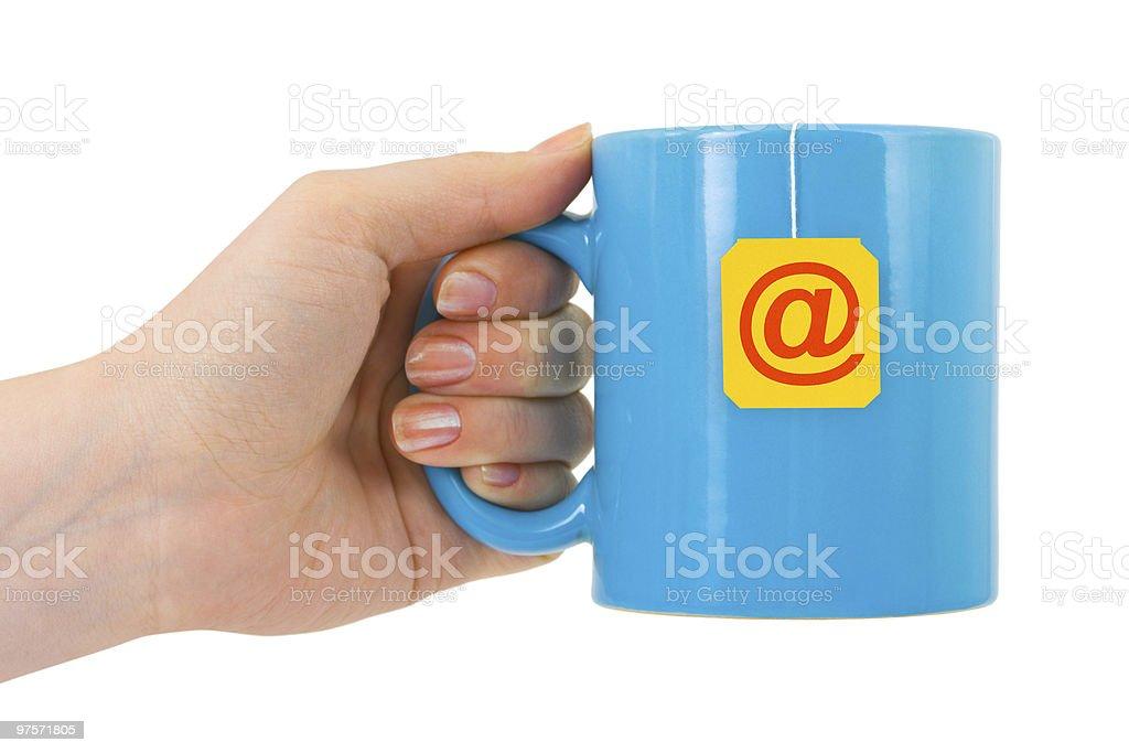 Mains et tasse de thé avec symbole de courrier électronique photo libre de droits