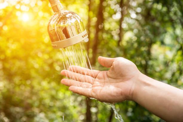 Hand und Tröpfchen von Wasser aus der Dusche – Foto