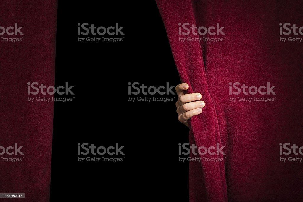 Mano que aparecen debajo de la barra de la cortina. - foto de stock
