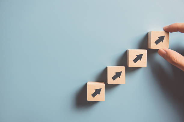 Hand arrangieren Holz Block Stapeln als Schritt Treppe auf Papier rosa Hintergrund. Geschäftskonzept Wachstumserfolgprozess, Kopierraum. – Foto