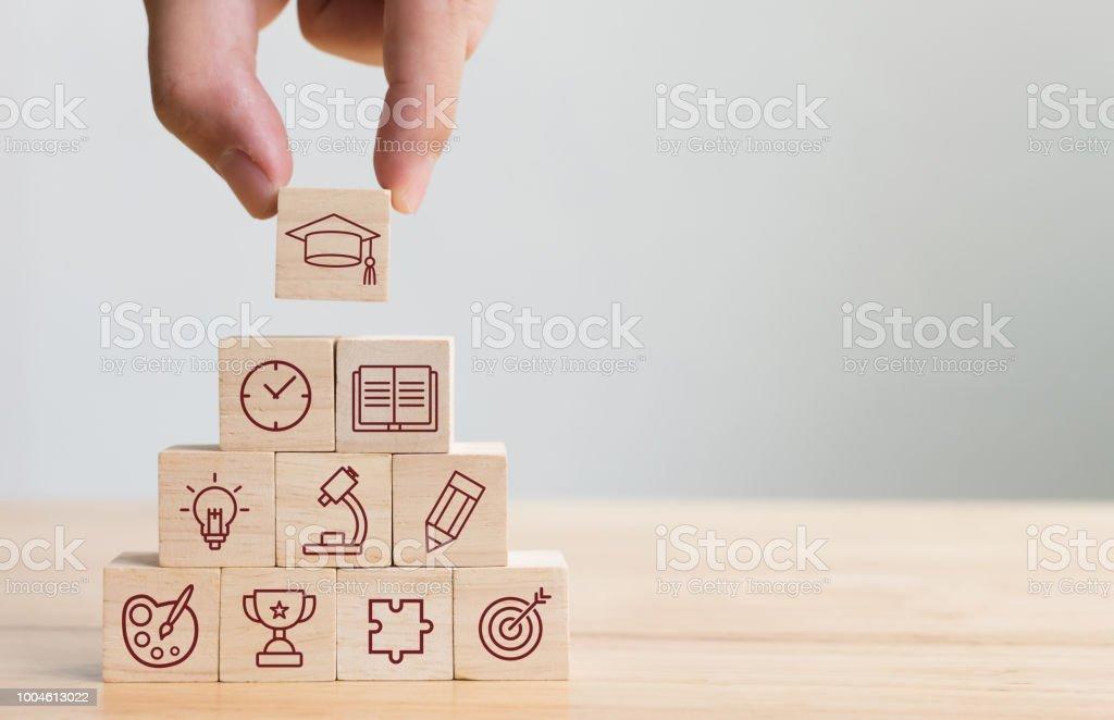 Vermittlung von Holz-Block Stapeln mit Elementen Bildung Symbol Hand. Diagramm der wissen-Promotion-Konzept – Foto