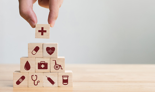 Hand Arranging Wood Block Stacking With Icon Healthcare Medical Insurance For Your Health Concept - Fotografie stock e altre immagini di A forma di blocco