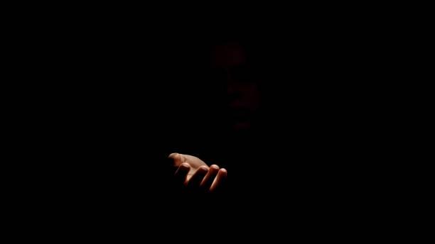 mano pidiendo ayuda de la oscuridad, concepto de ocultación de abusos contra los derechos humanos - human trafficking fotografías e imágenes de stock