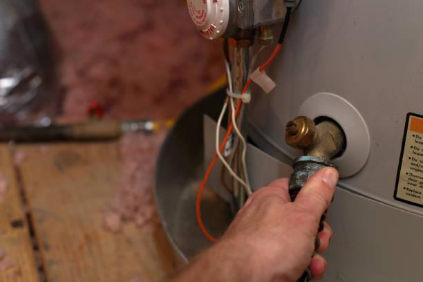 hand legt schlauch wasser-heizung im haus - heißes wasser stock-fotos und bilder