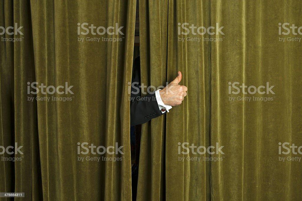 Manos detrás de la barra de la cortina muestra un gesto. - foto de stock