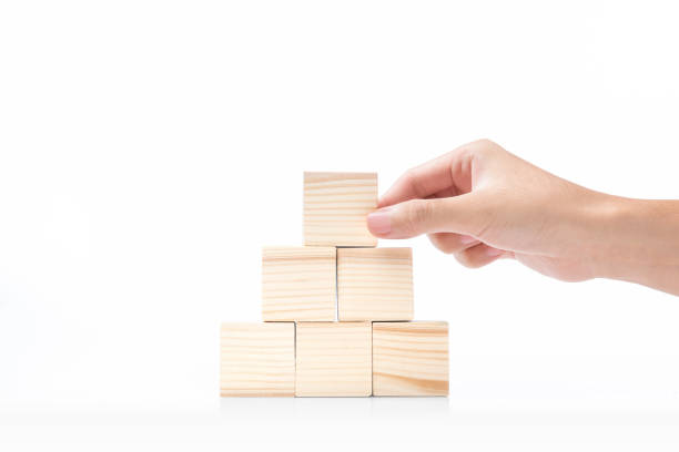 hand bauen eine pyramide aus einem holzblock - pyramide sammlung stock-fotos und bilder