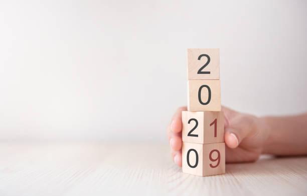 Cambio a mano cubos de madera año nuevo 2019 a 2020 concepto. - foto de stock