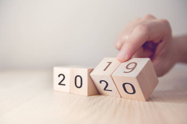 handwechsel holzwürfel mit neujahr 2019 bis 2020 konzept - 2020 stock-fotos und bilder