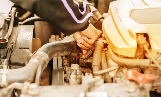 Main de vérification sur le radiateur de la voiture de surchauffe - Photo