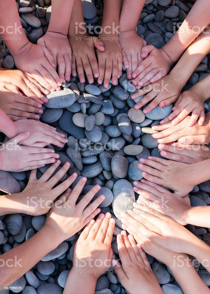 Hand children shape circle on the beach. photo libre de droits