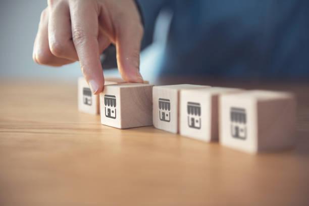 Hand wählen Holz-Blog mit Franchise-Ikone. Franchise-Geschäftskonzept. – Foto