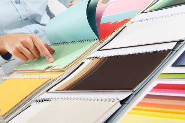 wählen sie eine farbe aus der swatch hand - maler gesucht stock-fotos und bilder