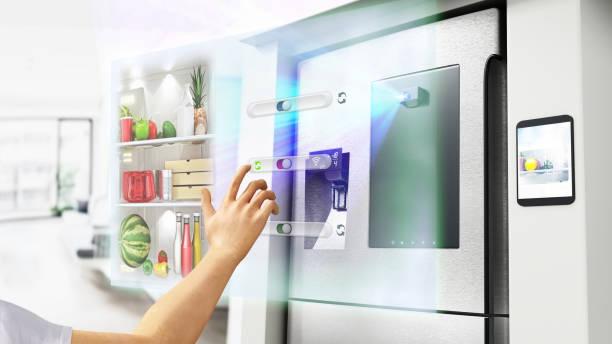 Handsteuerung futuristischer intelligenter Kühlschrank mit holographischer Bedienoberfläche – Foto