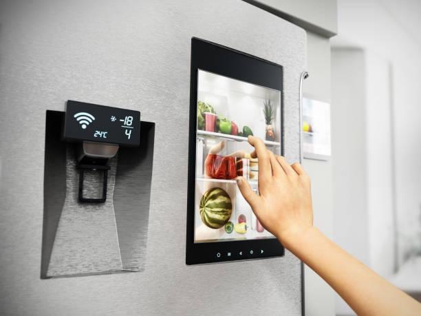 ハンドコントロールスマート冷蔵庫インターフェイス - よそいきの服 ストックフォトと画像