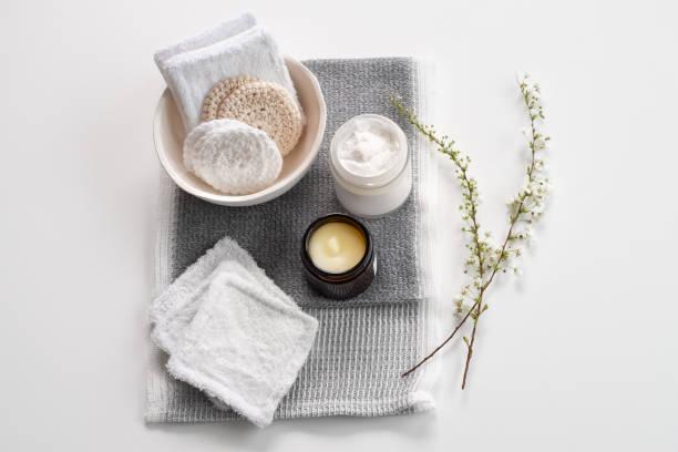 handgefertigte wiederverwendbare makeup remover pads, naturreiniger und feuchtigkeitsspender - makeup selbst gemacht stock-fotos und bilder