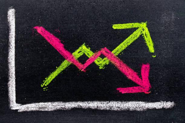 Dibujo de tiza verde y rojo de arriba y abajo de forma de flecha en el fondo de la pizarra a mano - foto de stock
