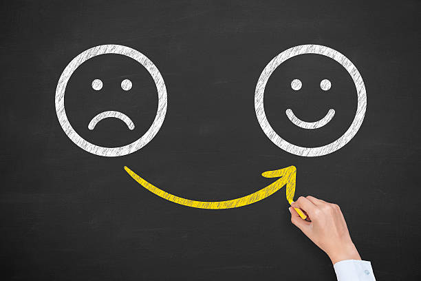 hand zeichnung nicht zufrieden und glücklich smileys auf tafel - schulwechsel stock-fotos und bilder