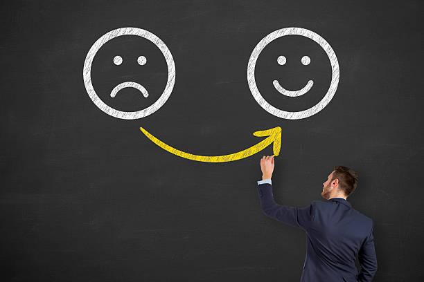 hand zeichnung nicht zufrieden und glücklich smileys auf tafel - neuer tag motivation stock-fotos und bilder