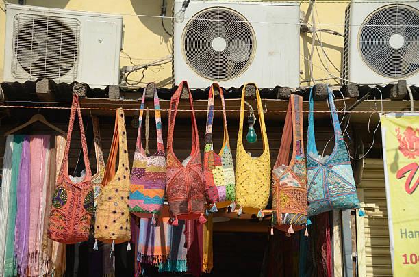 hand bestickte taschen für verkauf, neu-delhi, indien - hausgemachte klimaanlage stock-fotos und bilder