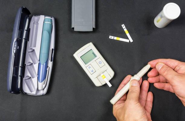 El parmak iğne darbeleri şeker seviyesini ölçmek için. stok fotoğrafı