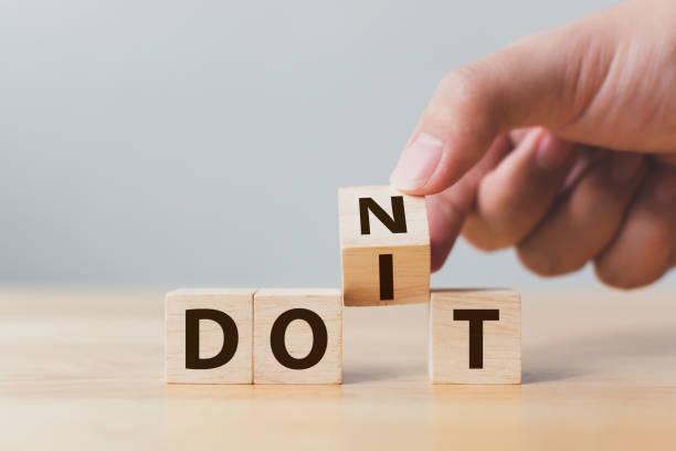 hand-flip holzwürfel-block mit word ändern sich nicht, es zu tun. persönliche entwicklung und karriere wachstum oder selbst konzept ändern - neuer tag motivation stock-fotos und bilder
