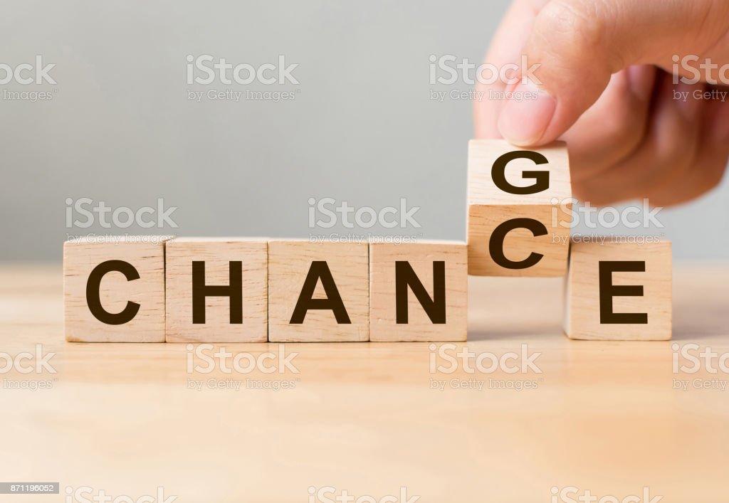 Main, flip cube en bois avec le mot «changement» au «hasard», de développement personnel et de croissance de carrière ou vous-même changer le concept photo libre de droits