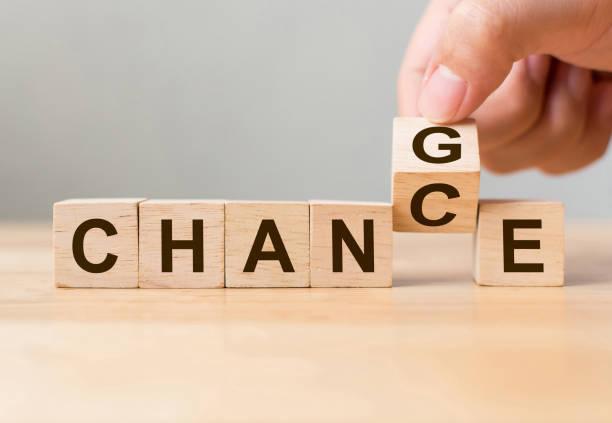 """mão virar cubo de madeira com a palavra """"mudar"""" para """"chance"""", desenvolvimento pessoal e crescimento de carreira ou mudar a mesmo conceito - esperança conceito - fotografias e filmes do acervo"""