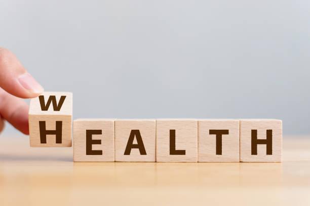 手翻轉木立方與字財富對健康。對人壽保險和醫療概念的投資 - 財富 個照片及圖片檔