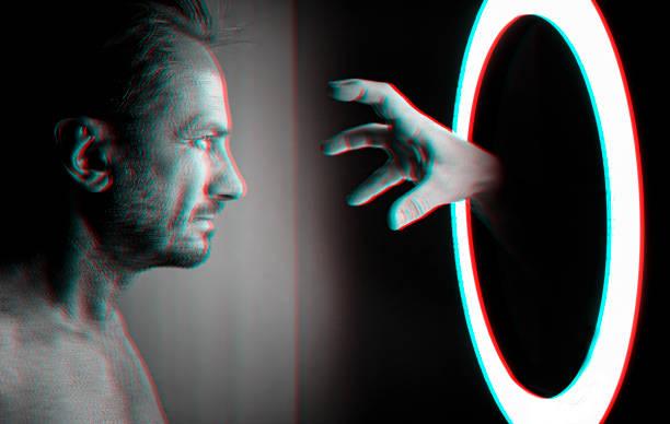 Hand aus dem Spiegel – Foto