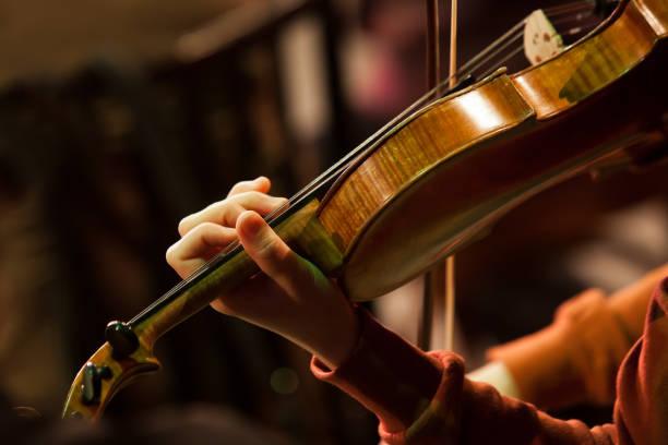 Hand Mädchen auf der strings Violine – Foto