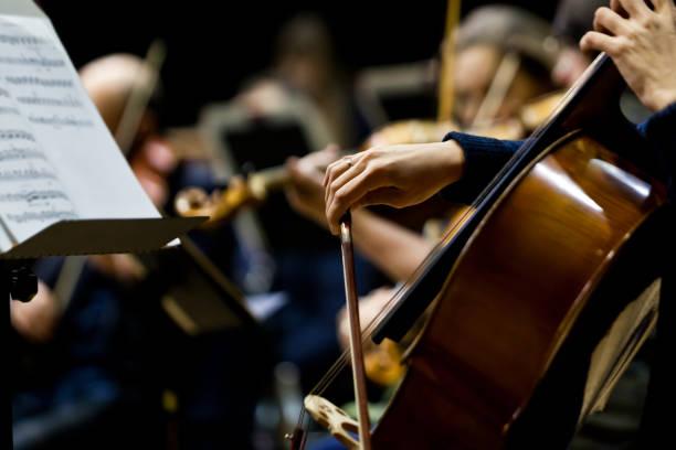 Handmädchen spielen Cello – Foto