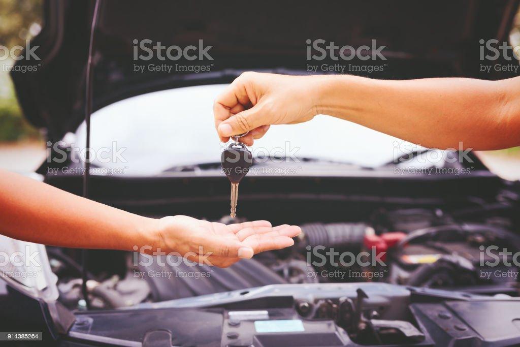 Hand geben Autoschlüssel. – Foto