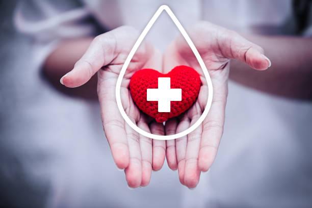 hand geben rotes herz für hilfe blut spende-krankenhaus / pflegeeinrichtung konzept. - wasser sicherheitsausrüstung stock-fotos und bilder