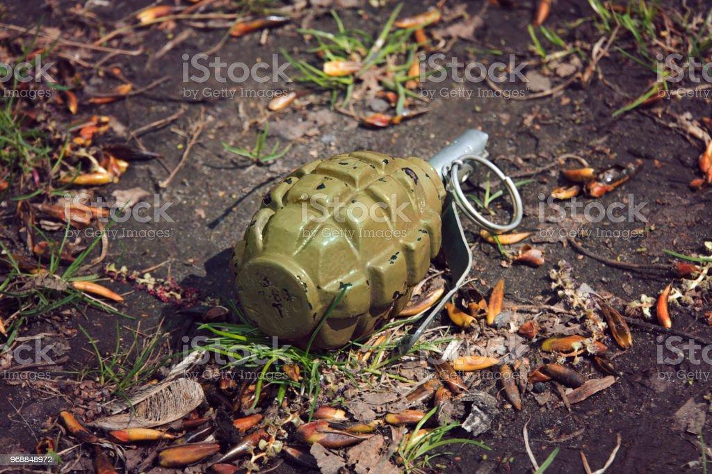 Granate Handgranate auf dem Boden liegend – Foto