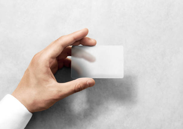 Asimiento de la mano maqueta en blanco tarjeta transparente con esquinas redondeadas - foto de stock