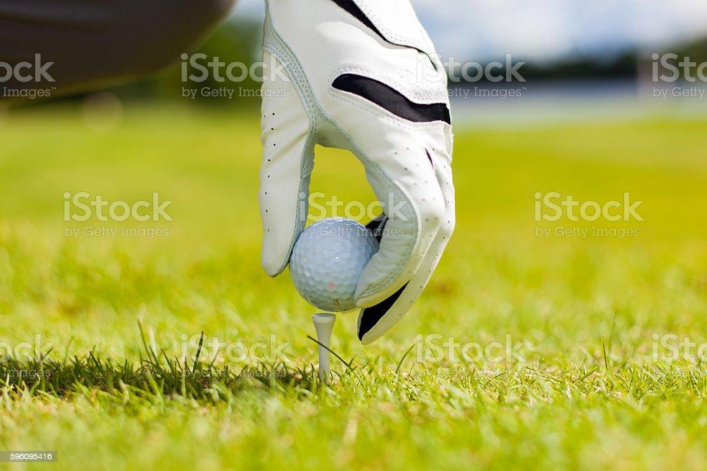 Hand halten, Golfball und tee auf Golfplatz, Nahaufnahme  Lizenzfreies stock-foto