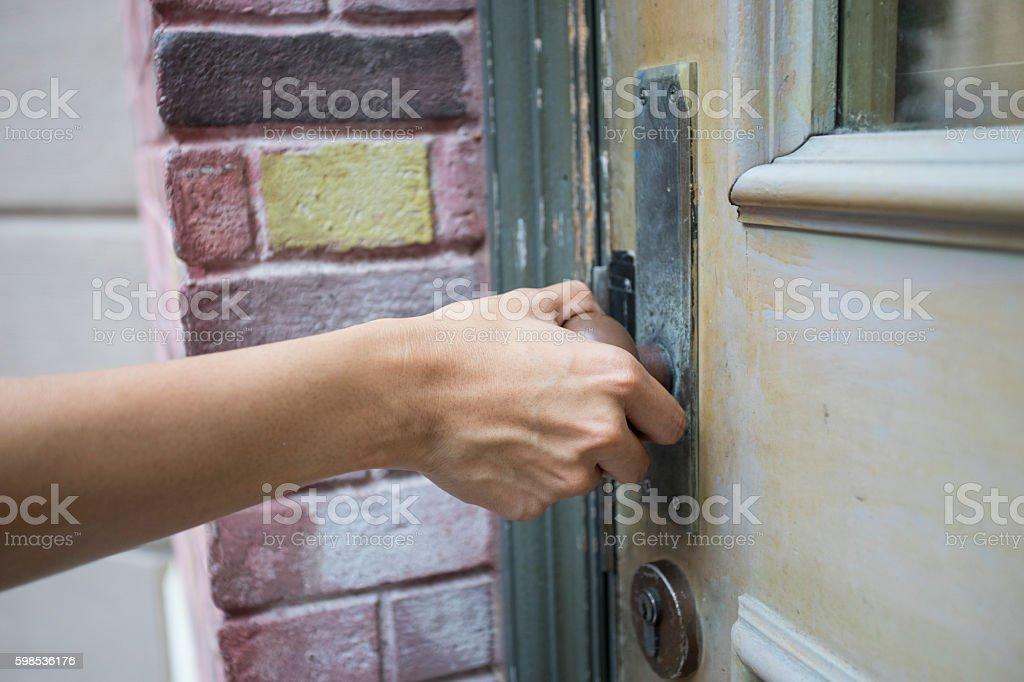 Tenez la poignée de porte en bois  photo libre de droits