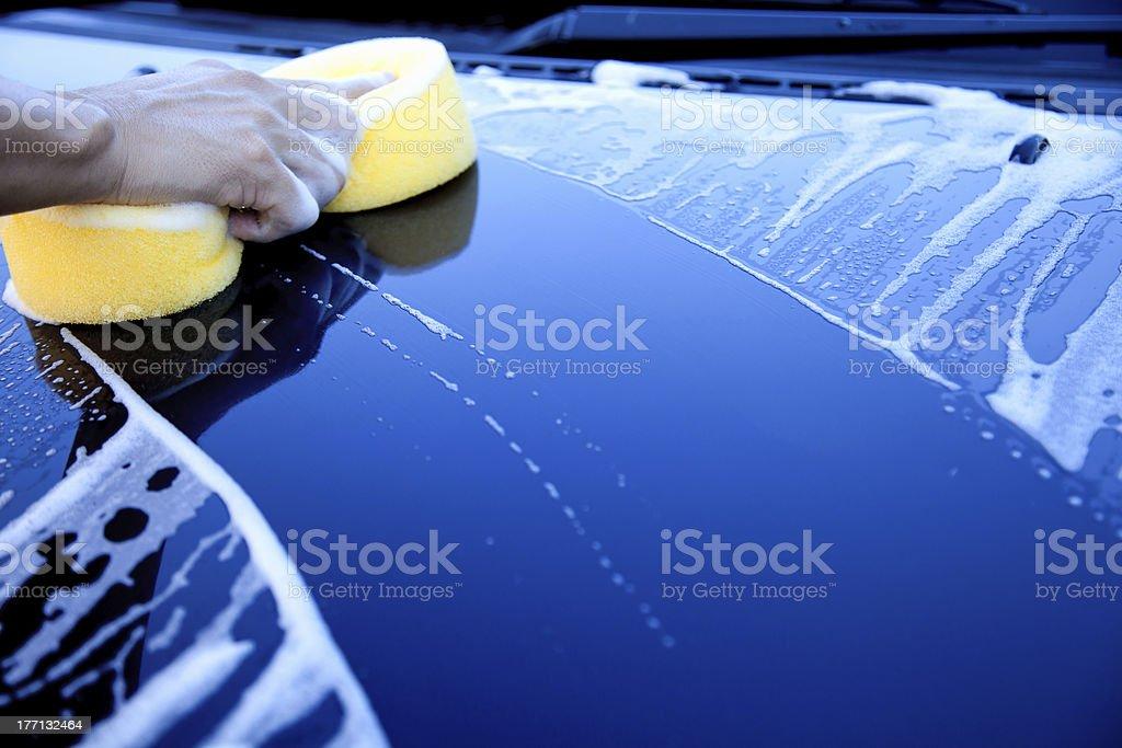 Mano de espuma de retención en los vehículos para lavar - foto de stock