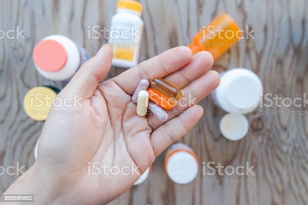 Eine Hand Hält Ein Paar Pillen In Einer Offenen Handfläche Stockfoto und mehr Bilder von Aktiver Senior
