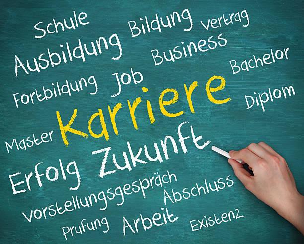 mano tenendo il gesso e la scrittura di termini in tedesco - esame maturità foto e immagini stock