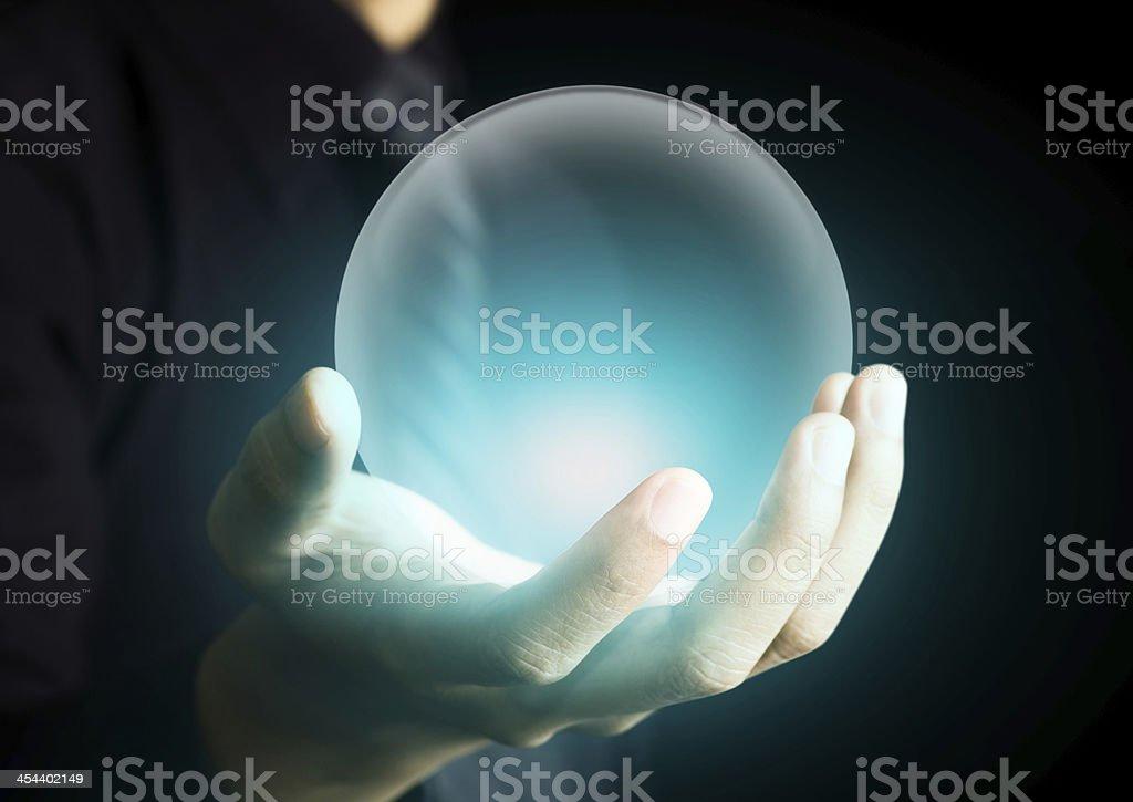 Mano agarrando una cálida bola de cristal - foto de stock