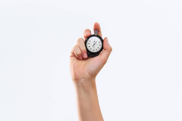 hand met een stopwatch tegen een witte achtergrond - stopwatch stockfoto's en -beelden