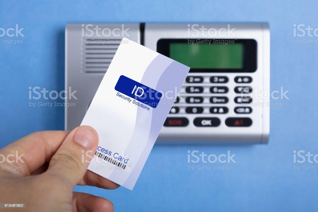 Mão segurando o cartão de acesso - foto de acervo