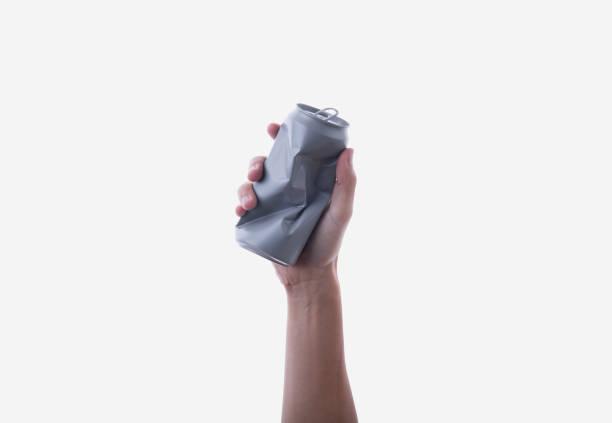 Hand Aluminiumdose halten. Recycling-Konzept isoliert auf weißem Hintergrund. – Foto
