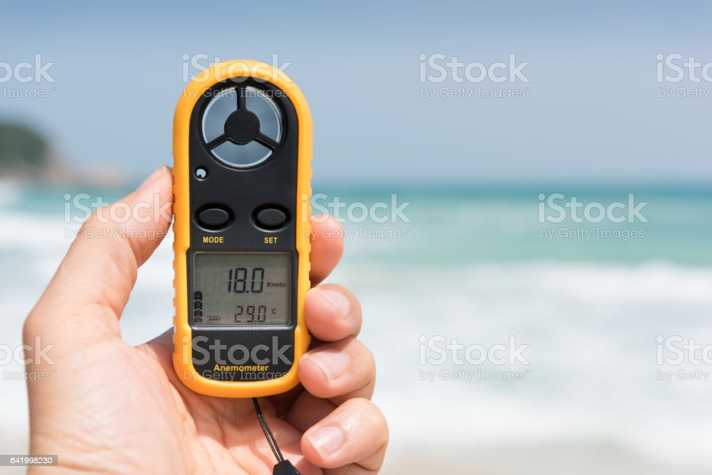 Hand holding an Anemometer / Wind Gauge measuring Knots - foto stock