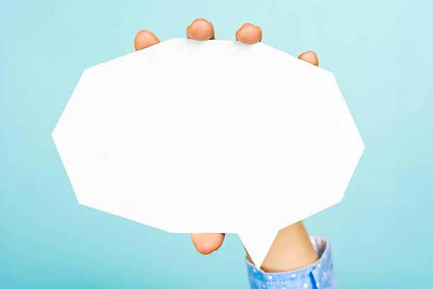 hand hält eine leere weiße sprechblase gerade moderne form - bedeutungsvolle zitate stock-fotos und bilder