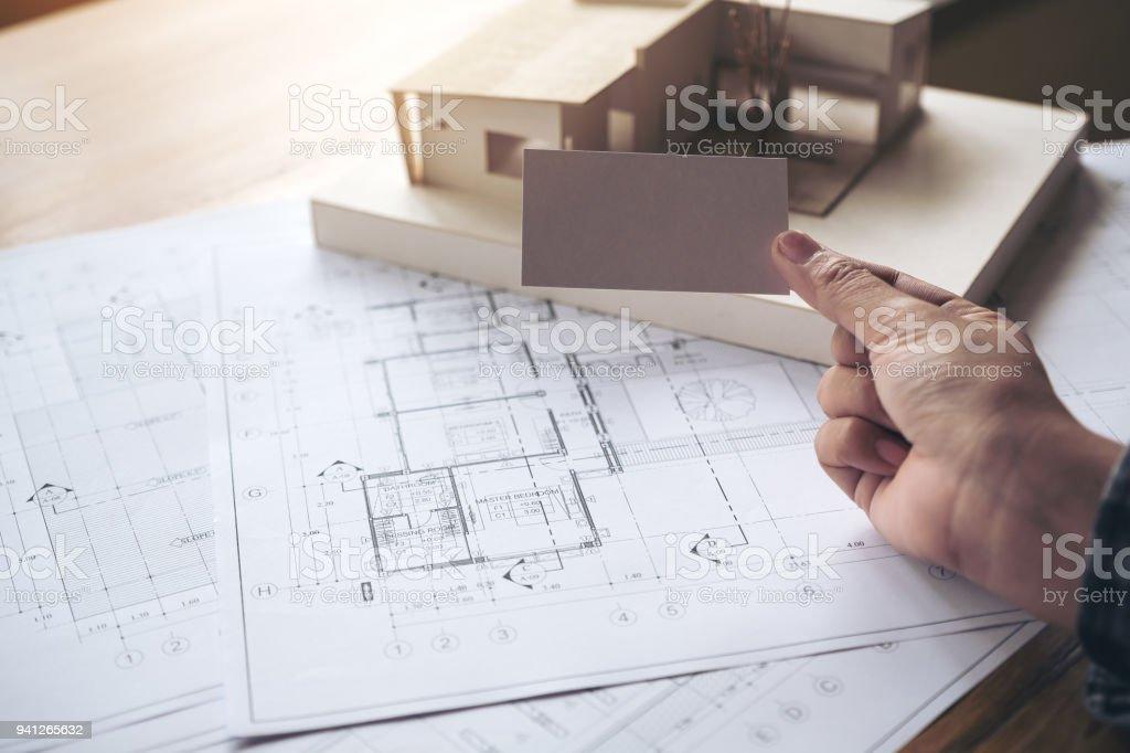 Main Tenant Et Montrant Une Carte De Visite Vide Avec Un Modele D Architecture